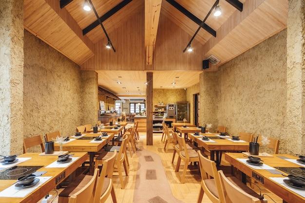 Shabu moderno e restaurante sukiyaki decorado com madeira e concreto, quente e acolhedor.