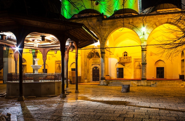 Shadirvan fountain no pátio da mesquita de gazi husrev-bey, sarajevo