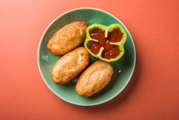 Shahi bread roll é uma receita de lanche rápido da índia em que a batata é recheada em um pão e depois frita em óleo