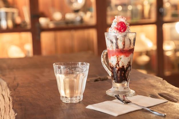 Shake de chocolate na mesa de madeira antiga nata