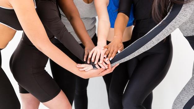 Shake de mão de mulheres em close-up