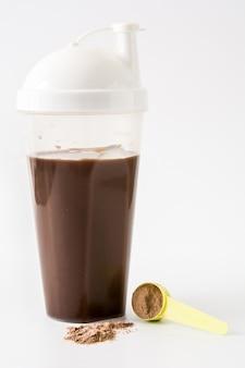Shake de proteína de chocolate isolado no fundo branco.