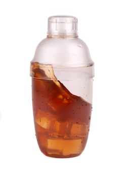 Shaker de chá, isolado no fundo branco. agitador de plástico com bebidas de chá gelado gelado.