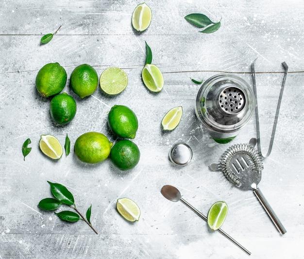 Shaker e fatias de limão fresco na mesa rústica