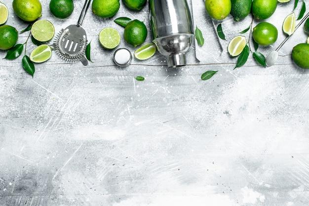 Shaker e limão suculento fresco. em fundo rústico