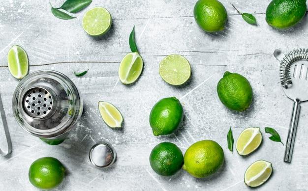 Shaker e limão suculento fresco na mesa rústica