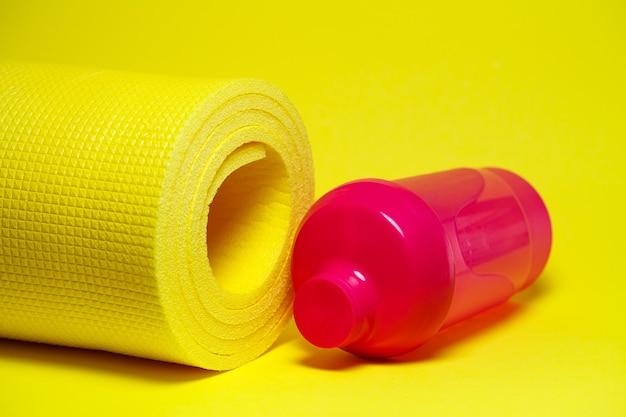 Shaker esporte estilo de vida saudável esportes tapete rosa garrafa de água fundo amarelo pintura vibrante