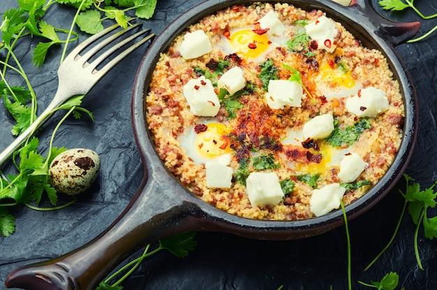 Shakshuka, culinária israelense, mistura de molho de tomate, frito com pimenta, temperos, carne picada e ovos. ovos mexidos