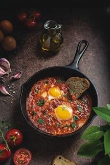 Shakshuka, ovos fritos do oriente médio com molho de tomate picante