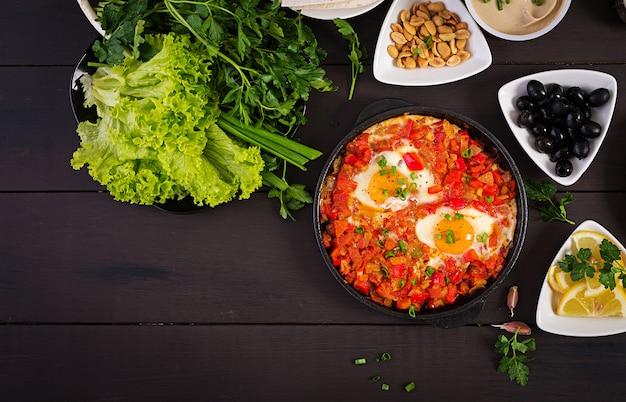 Shakshuka turco com azeitonas, queijo e verduras