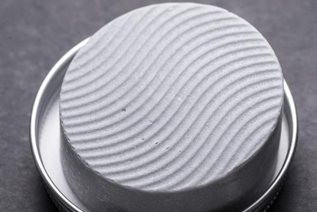 Shampoo a seco em caixa de metal, close-up