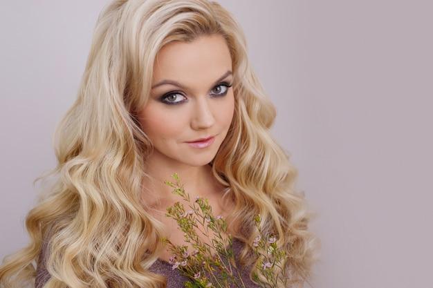 Shampoo com ingredientes naturais, conceito. retrato de uma jovem mulher bonita com cabelos longos e saudáveis