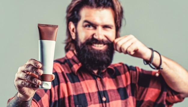 Shampoo condicionador para homem. cuidado especializado para cabelos exigentes. recipiente de plástico com shampoo.