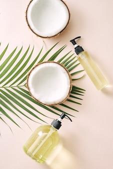 Shampoo e spray de coco para o cabelo. máscara caseira de cosméticos naturais. óleo de coco e esfrega. spa e bem-estar. produtos de beleza caseiros. estilo de vida saudável.