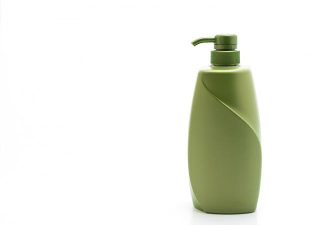 Shampoo ou frasco de condicionador de cabelo no fundo branco