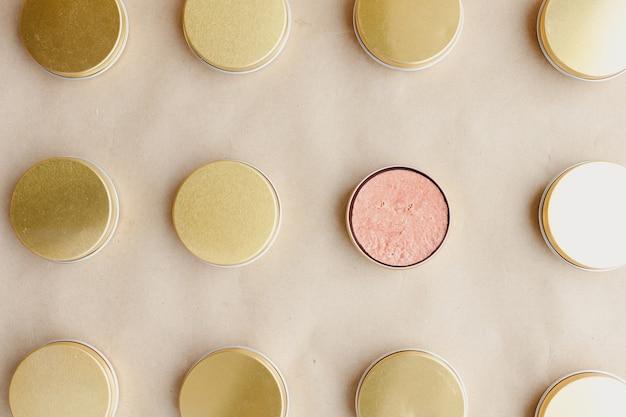 Shampoo sólido natural ecológico em latas de metal com fundo de papel. padrão. conceito de produto sem gordura animal, resíduo zero e sem plástico