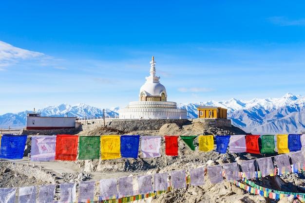 Shanti stupa no topo de uma colina em changpa, distrito de leh, índia