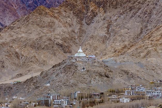 Shanti stupa no topo de uma colina em changpa, distrito de leh, região de ladakh, estado de jammu e caxemira, norte da índia