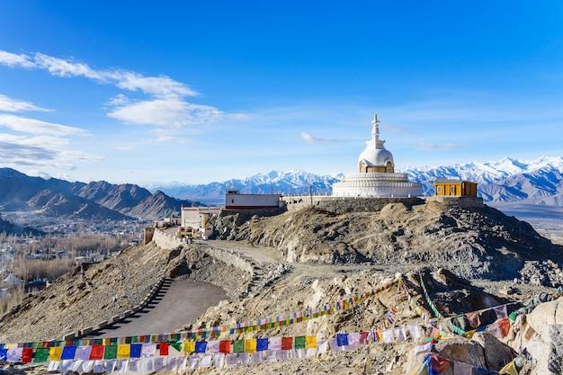 Shanti stupa no topo de uma colina em changpa, distrito de leh, região de ladakh, índia