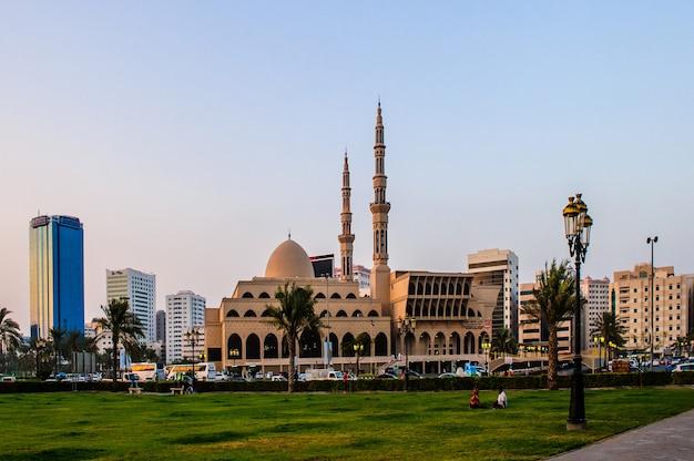 Sharjah, emirados árabes unidos - mesquita rei faisal 17 de dezembro, a maior mesquita no coração do emirado de sharjah. foto tirada em 17 de dezembro de 2016.