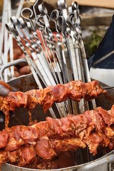 Shashlik em espetos closeup. carne crua. preparação para cozinhar