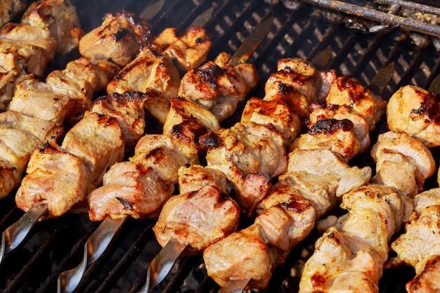 Shashlik marinado que prepara-se em uma grade do assado sobre o carvão vegetal. shashlik ou shish kebab
