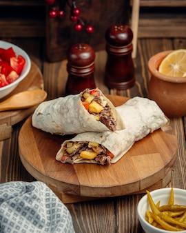 Shaurma árabe de fast-food em lavash.