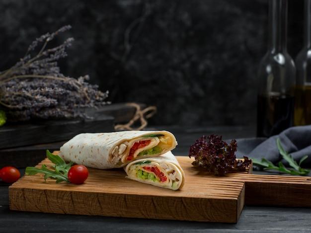 Shaurma com legumes e frango enrolados com pão de lavash