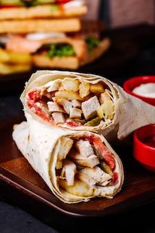 Shaurma de comida de rua árabe em lavash.