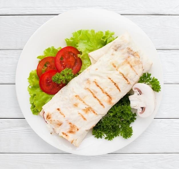 Shawarma. embalagem de sanduíche de pão sírio no prato