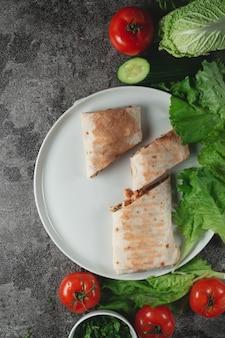 Shawarma fresco de dieta caseira com verduras, peito de frango e tomates