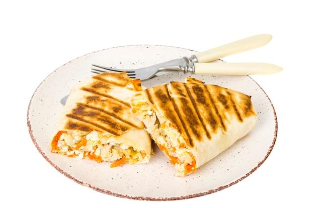 Shawarma, pita, tortilla com frango e cenoura picante