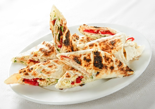 Shawarma sanduíche giroscópio rolo fresco de lavash (pão pita) carne de frango shawarma falafel recipetin eatsfilled com carne grelhada, cogumelos. lanche tradicional do oriente médio.