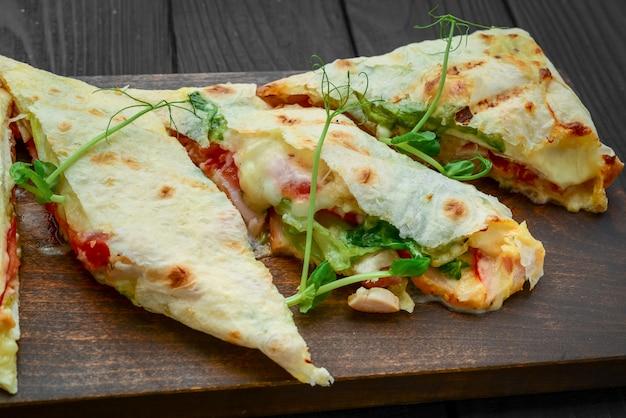 Shawarma tradicional lanche do oriente médio. na placa de madeira