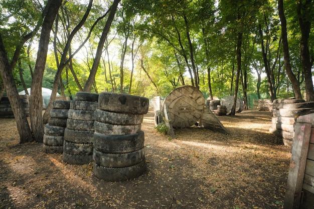 Sheeny na base de paintball na floresta de outono, onde os jogadores entusiasmados estão se escondendo