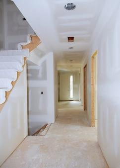 Sheetrock terminado na construção home nova