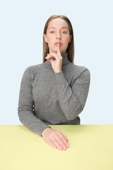 Shhhhh. linda garota com maquiagem brilhante e cabelos cacheados contando um segredo. retrato de mulher ligando para alguém