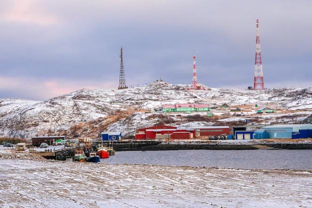 Shift acampamento no ártico, casas nas colinas do mar de barents