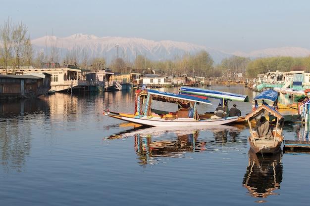 Shikara barco no lago dal caxemira índia