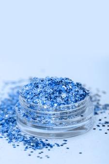 Shimmer azul e glitter em pequena caixa de plástico.