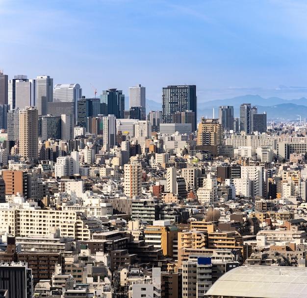 Shinjuku dos arranha-céus de tokyo da vista aérea.