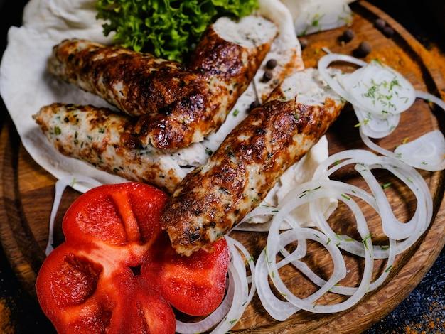 Shish kebab. carne carbonizada e cebolas e pimentões frescos. comida tradicional da geórgia.