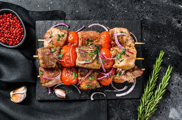 Shish kebab com cebola e tomate.