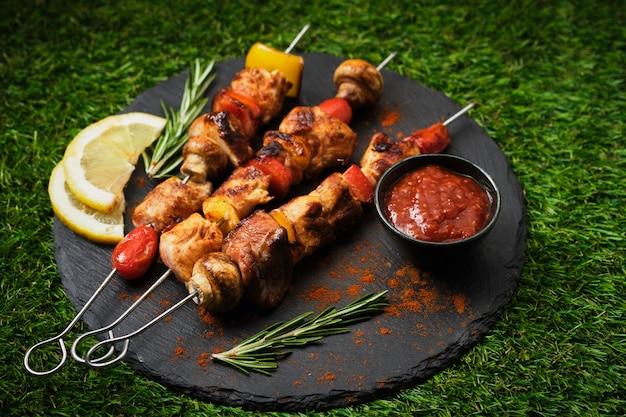 Shish kebab com cogumelos, tomate cereja e pimentão