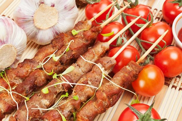 Shish kebab com ervas em um prato branco