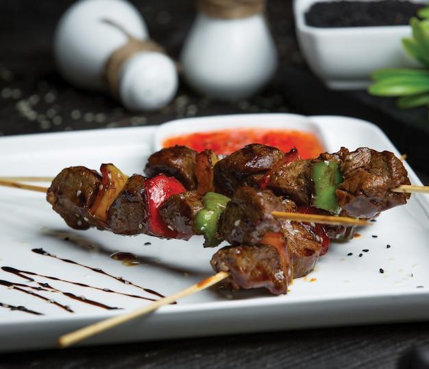 Shish kebab com fígado e legumes