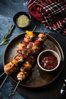 Shish kebab de frango com cogumelos, tomate cereja e pimentão