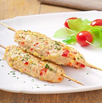 Shish kebab de frango com pimentão e queijo