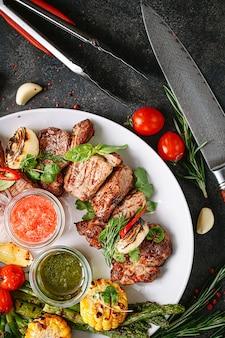 Shish kebab e legumes grelhados.
