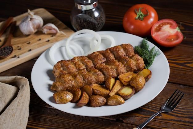 Shish kebab em espetos com cebolas.